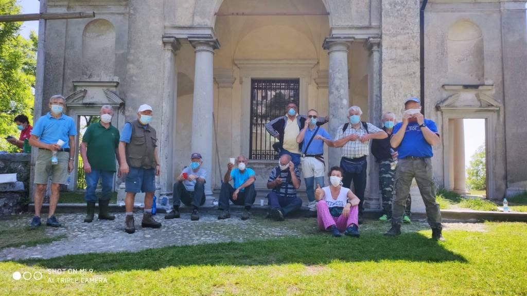 Il gruppo dei CAI Senior di Varese pulisce le cappelle del Sacro Monte