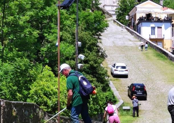 Il gruppo CAI Varese pulisce la via del Sacro Monte