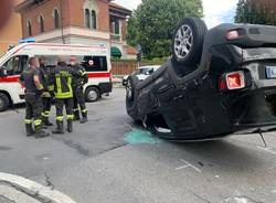 Incidente a Gallarate, si ribalta un'auto