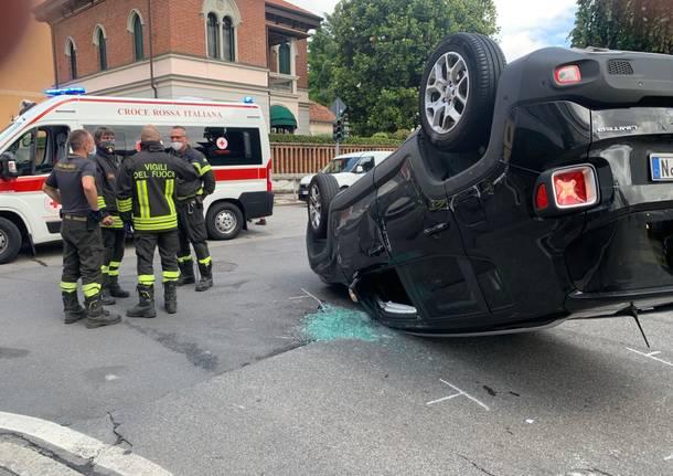 Incidente a Gallarate, si ribalta un'auto