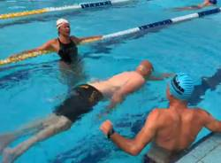 Paolo Terazza nuota in piscina