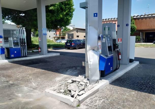 Solaro, assalto al distributore con una ruspa: sradicato il bancomat