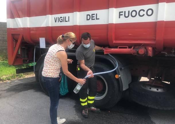 Varese senz'acqua: Ivana Perusin si rifornisce all'autobotte