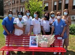 All'ospedale di Passirana una panchina rossa in memoria di un infermiere scomparso un anno fa