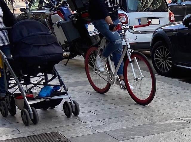 bicicletta sul marciapiede
