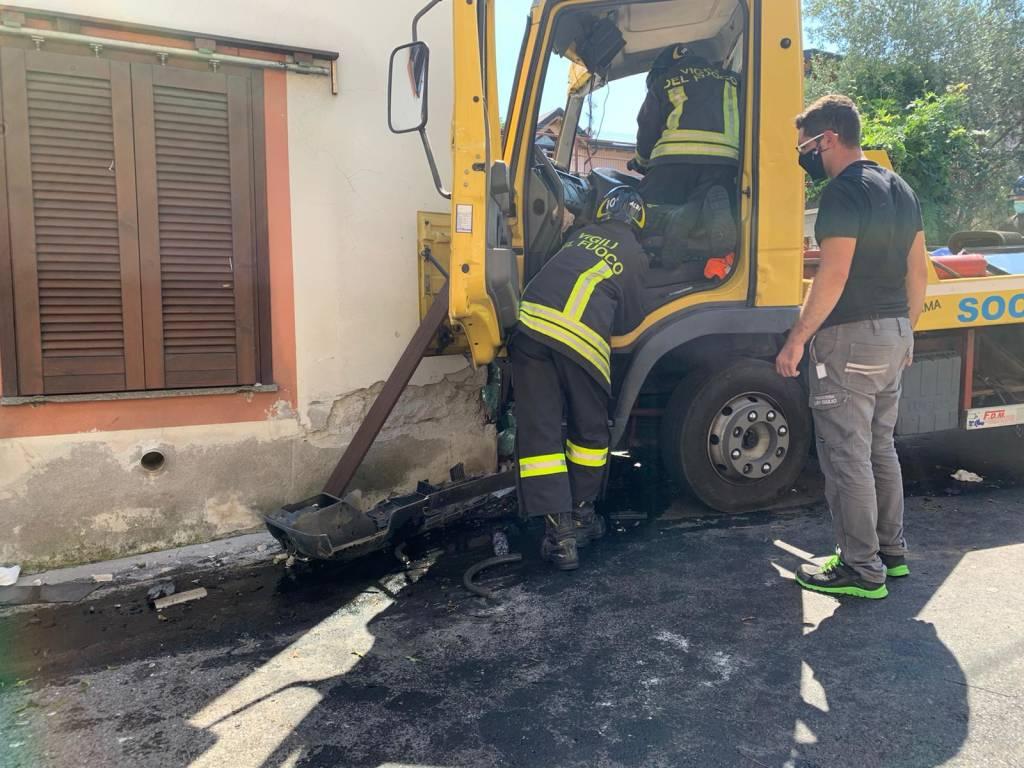 Camion contro una casa a Caravate