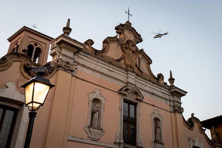 Elicotteri in volo e carabinieri che sfrecciano in centro a Saronno (foto di Luigi Palma)