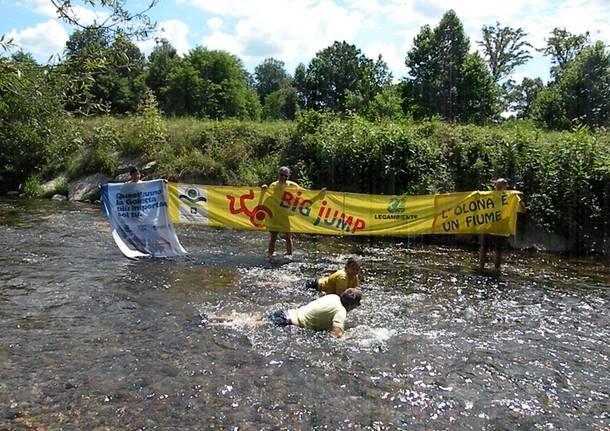 """Il """"Big jump"""" nell'Olona degli attivisti di Legambiente"""