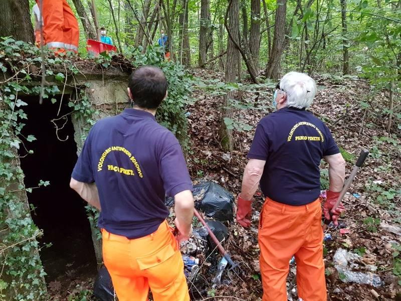 pulizia del parco da parte dei volontari dell'anticendio boschivo
