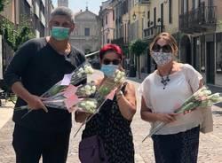 Silighini e Miglino consegnano gigli alle donne in centro per la ricorrenza di Santa Maria Goretti