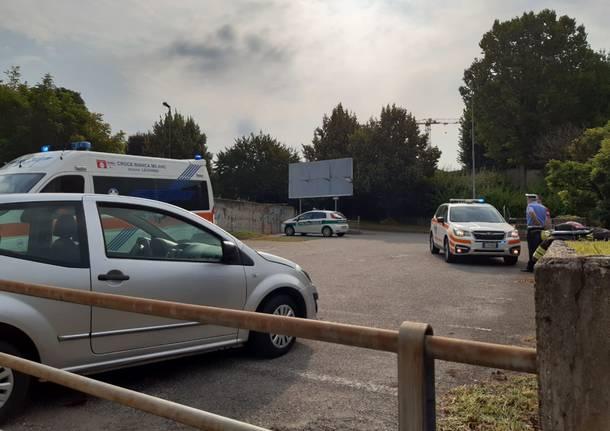 Travolto dalla sua stessa auto in via Comasina a Legnano: 87enne deceduto