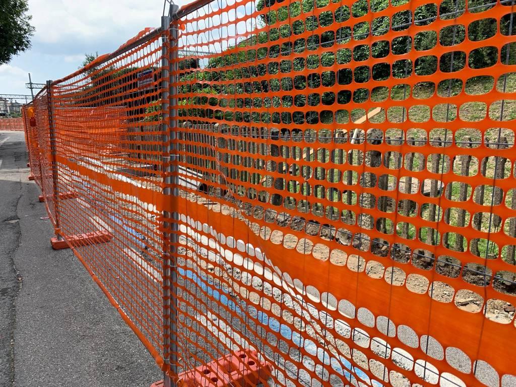 Al lavoro per il marciapiede di via Del Ponte