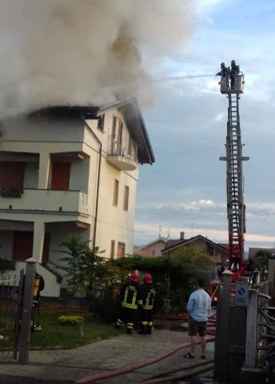 Incendio in una villetta a Cogliate, evacuata una famiglia