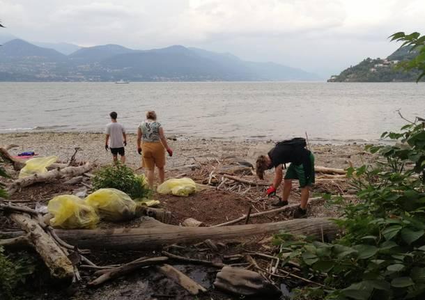 I giovani di Laveno raccolgono i rifiuti sulla spiaggia del Fortino