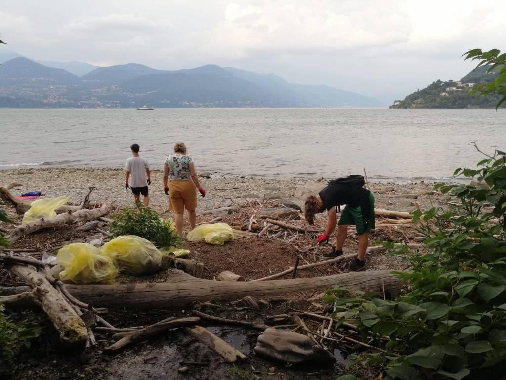 Pulizia della spiaggia del Fortino a Laveno Mombello