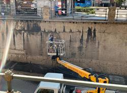 Saronno, lavori di pulizia in corso al sottopasso di via I° Maggio