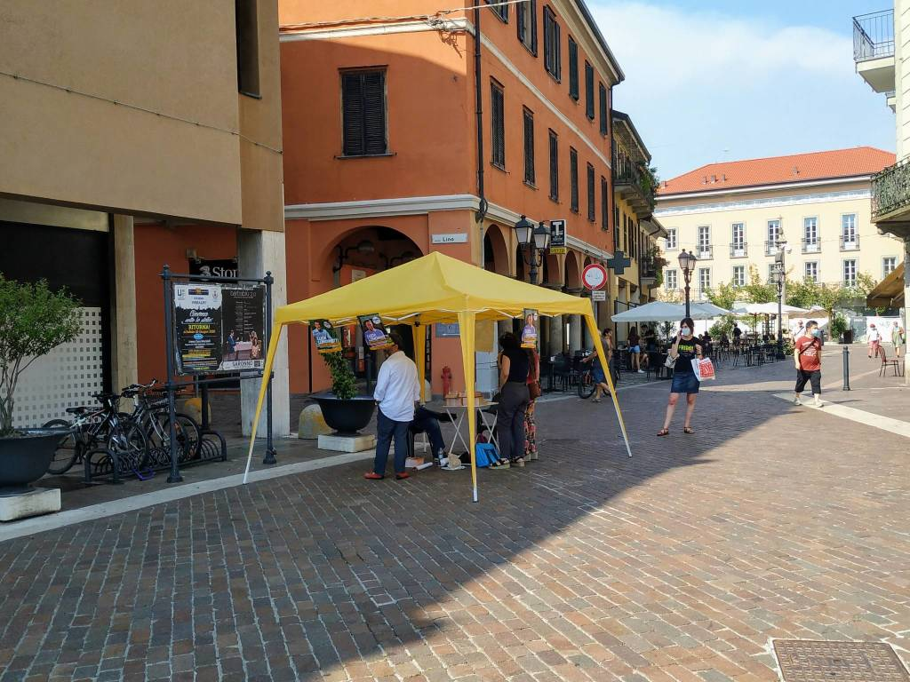 Saronno, pomeriggio di gazebo e raccolta firme per Movimento 5 Stelle e Fratelli d'Italia