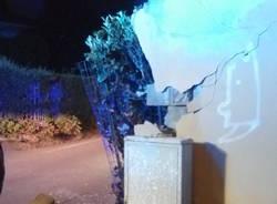 Auto fuori strada, devastata recinzione a Gallarate