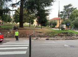 Lavori in corso il primo giorno di scuola nel marciapiede che porta ai licei