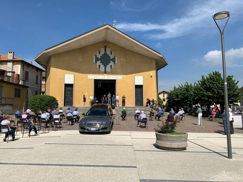 Sedie sul sagrato a Gazzada per il funerale di Ambrogio Brusa