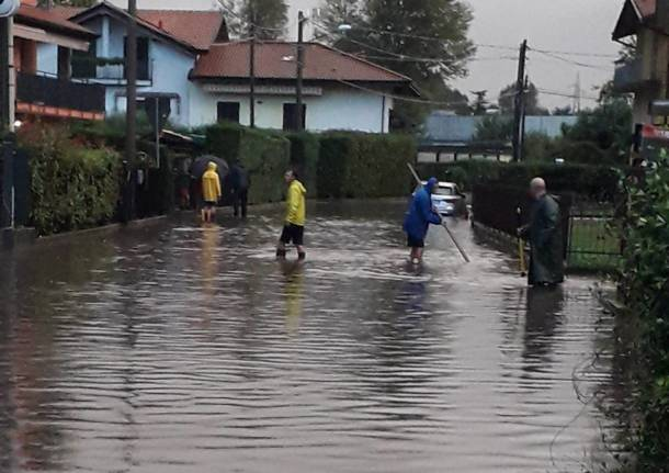 Forte temporale su Laveno, strade allagate