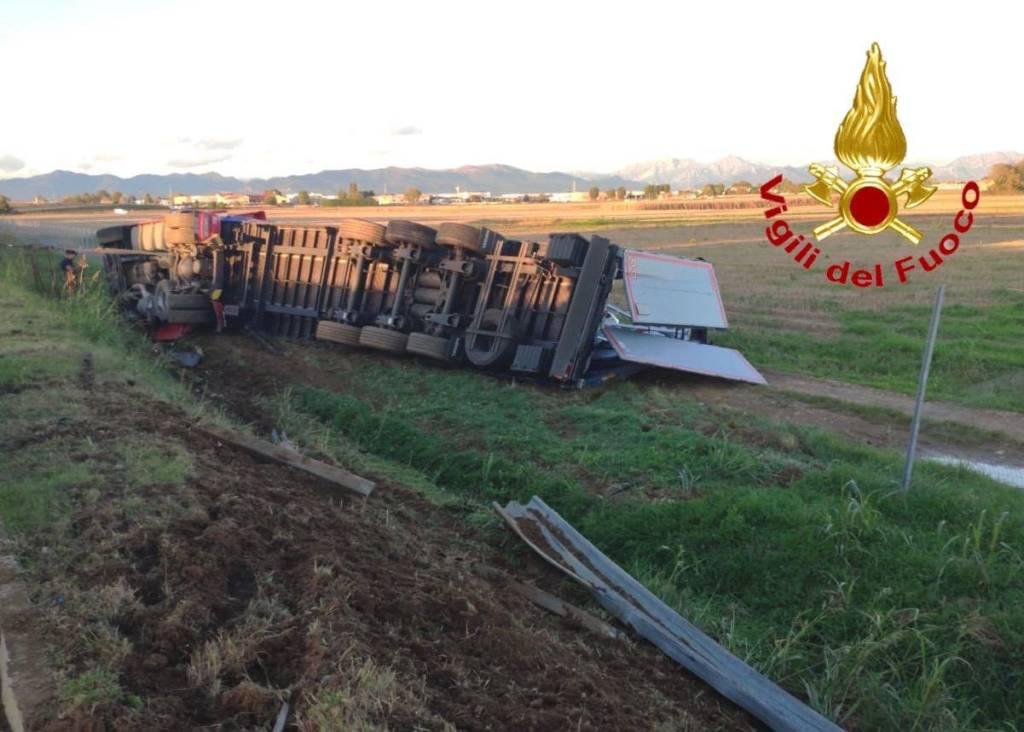 A9, camion ribaltato tra Saronno e Turate