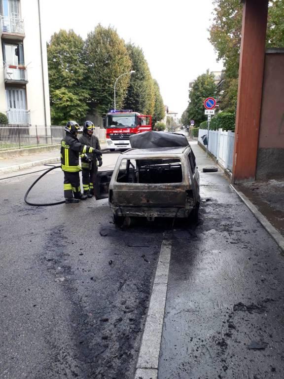 auto in fiamme a Legnano