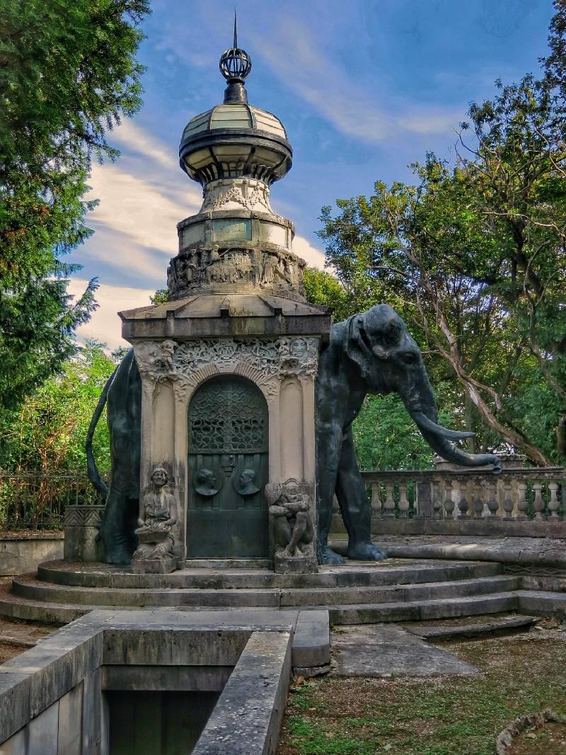 L\'elefante che guarda Varese