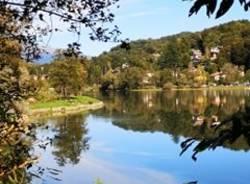 Colori e rifelssi sul lago di Ghirla