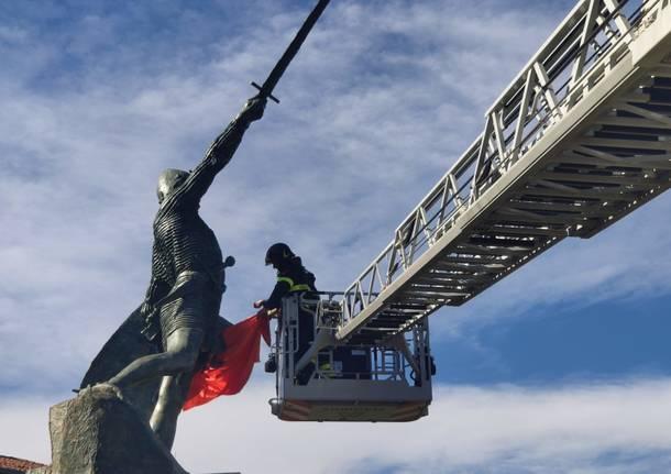 Via le bandiere arancioni dal Monumento al Guerriero