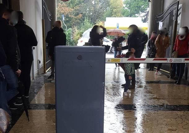 Folla al punto tamponi in ospedale a Varese
