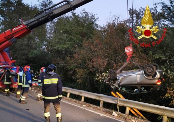 Incidente a Venegono Inferiore, auto ribaltata