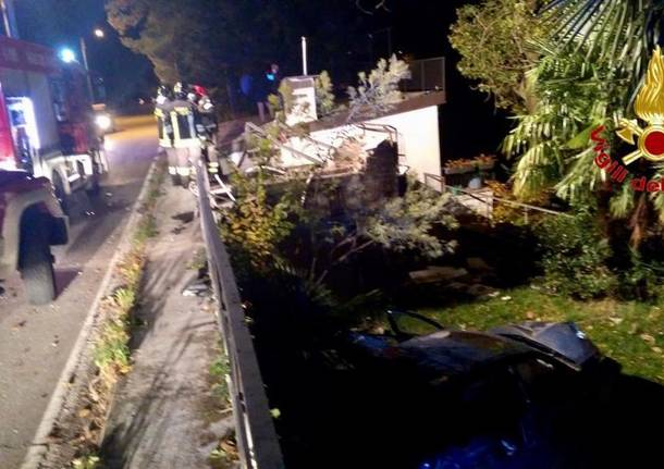 Incidente a Brezzo di Bedero, precipita con l'auto nel giardino di una casa