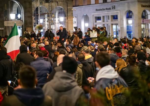 La manifestazione in piazza a Varese contro le norme anti contagio