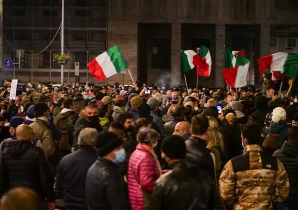 La manifestazione in piazza a Varese contro le chiusure