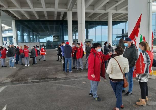 Presidio dei lavoratori delle pulizie a Malpensa