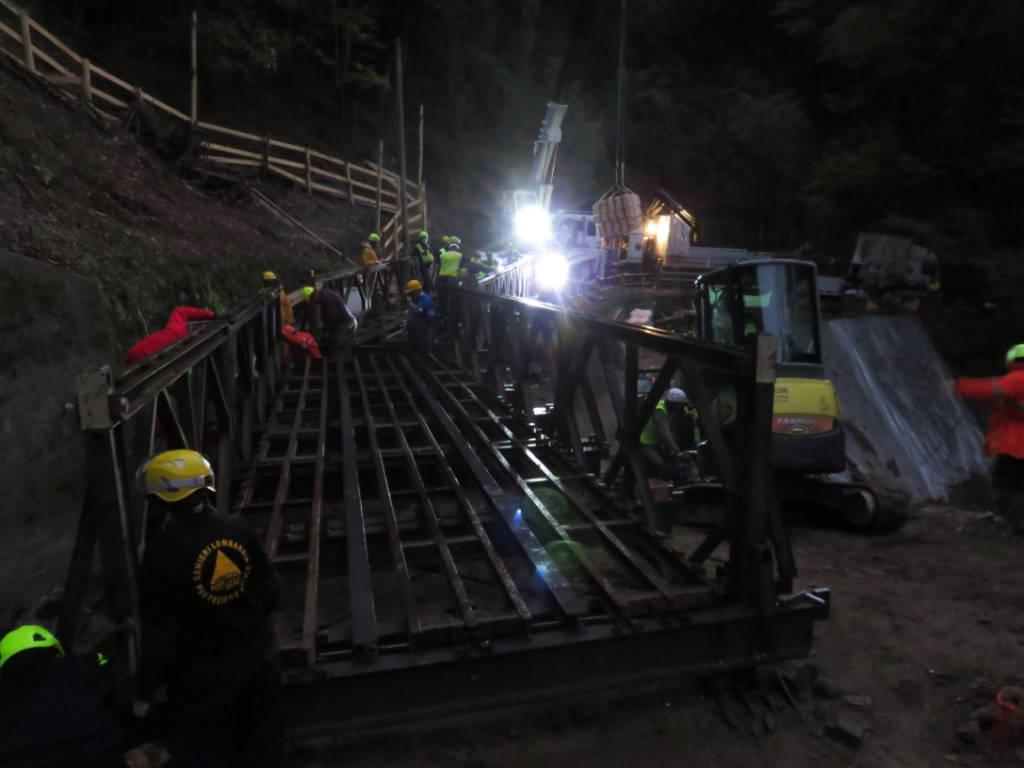 Protezione Civile di Cerro Maggiore al lavoro per la posa del ponte bailey a Curiglia