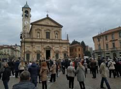 Saronno, Festa del Trasporto: i fedeli si riuniscono attorno al Crocifisso in piazza Libertà