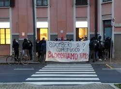 Saronno, il Collettivo Adespota protesta contro sgomberi e coprifuoco