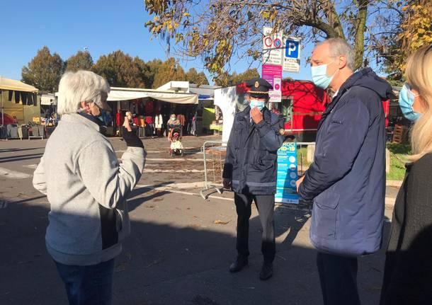 Saronno: sindaco, assessore e comandante della Polizia Locale al mercato