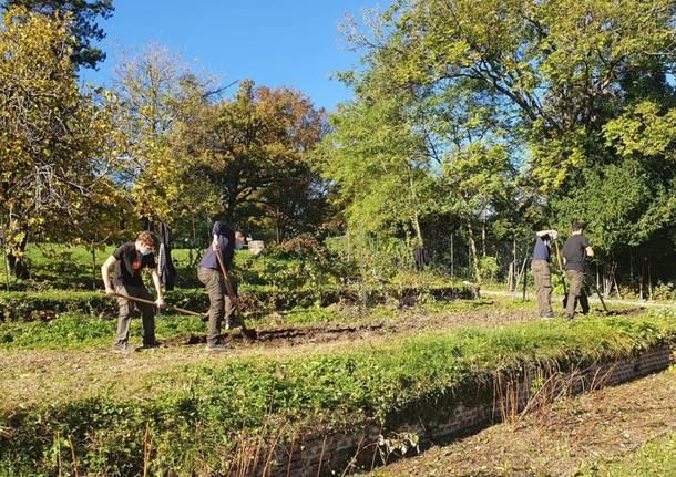 I ragazzi del Newton curano l'orto di Villa Baragiola