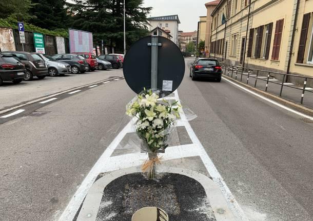 Un salvapedoni davanti alla scuola, fiori in memoria di Anna rossi
