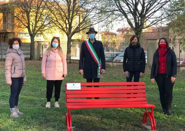 Anche a Cislago una panchina rossa, il simbolo contro la violenza sulle donne