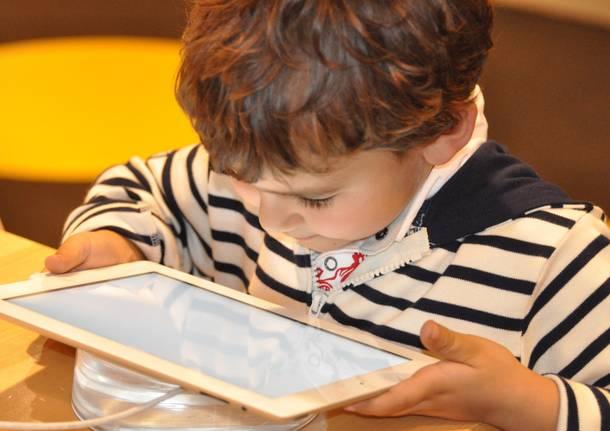 bambini cellulari tablet - Foto di Nadine Doerlé da Pixabay