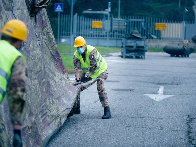 I militari della Nato al lavoro per il punto tamponi di Solbiate Olona