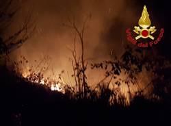 Incendio nella notte sui boschi di Maccagno