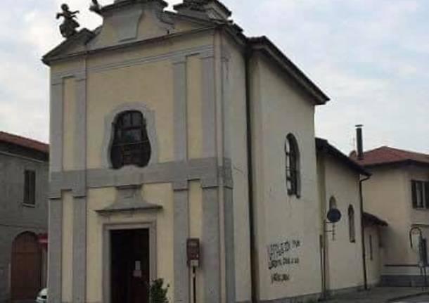 Chiesa imbrattata dai negazionisti
