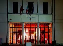 Gerenzano, il Municipio di illumina di rosso per dire no alla violenza contro le donne