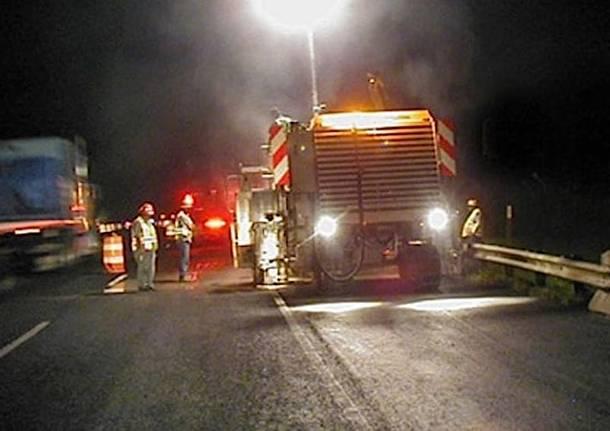 lavori autostrada strada notte