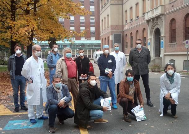 medici e infermieri in partenza per ospedale in fiera